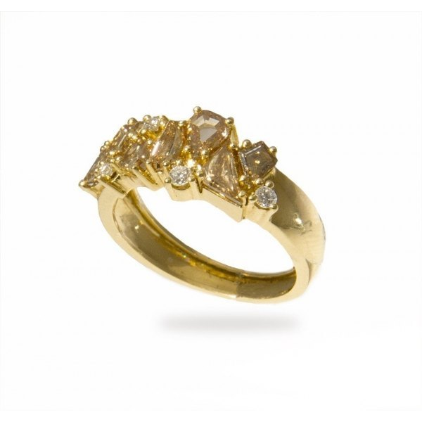 Anillo de oro amarillo con diamantes brown (1,38ct y brillantes (0,09 ct.)